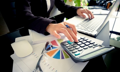 HR director calculates an employee's redundancy pay